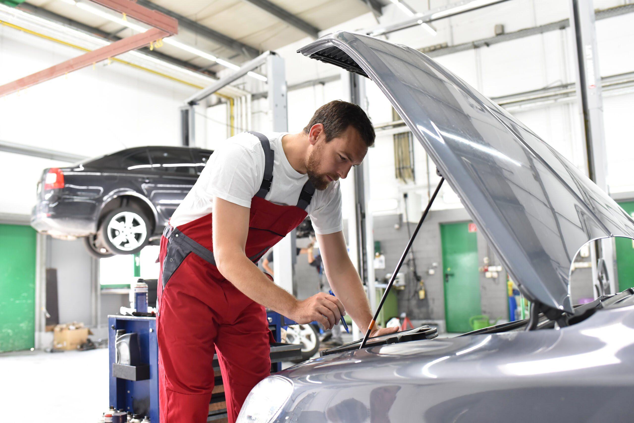 Un mécanicien qui réalise un contrôle technique sur véhicule